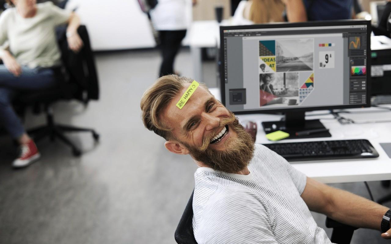 Szczęśliwy pracownik po sesji coachingu biznesowego