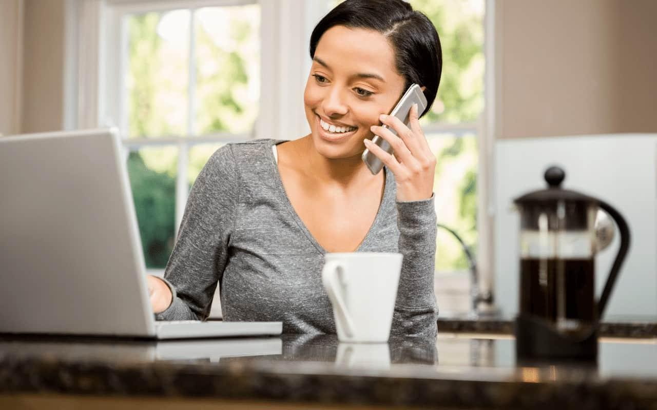 Coaching przez telefon - sesję odbywa młoda kobieta