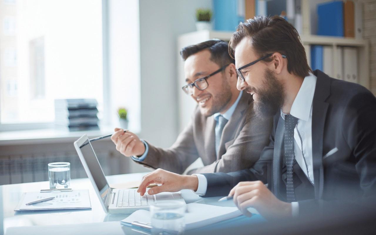 Pracownicy odbywający szkolenie online