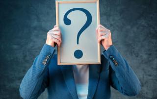 Kobieta zastanawia się czy coaching jest lepszy od psychoterapii