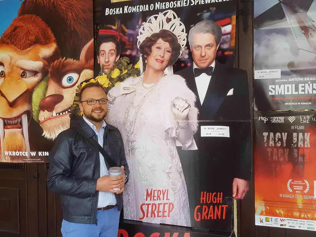 Wiktor Tokarski i plakat filmu Boska Florence Life coaching