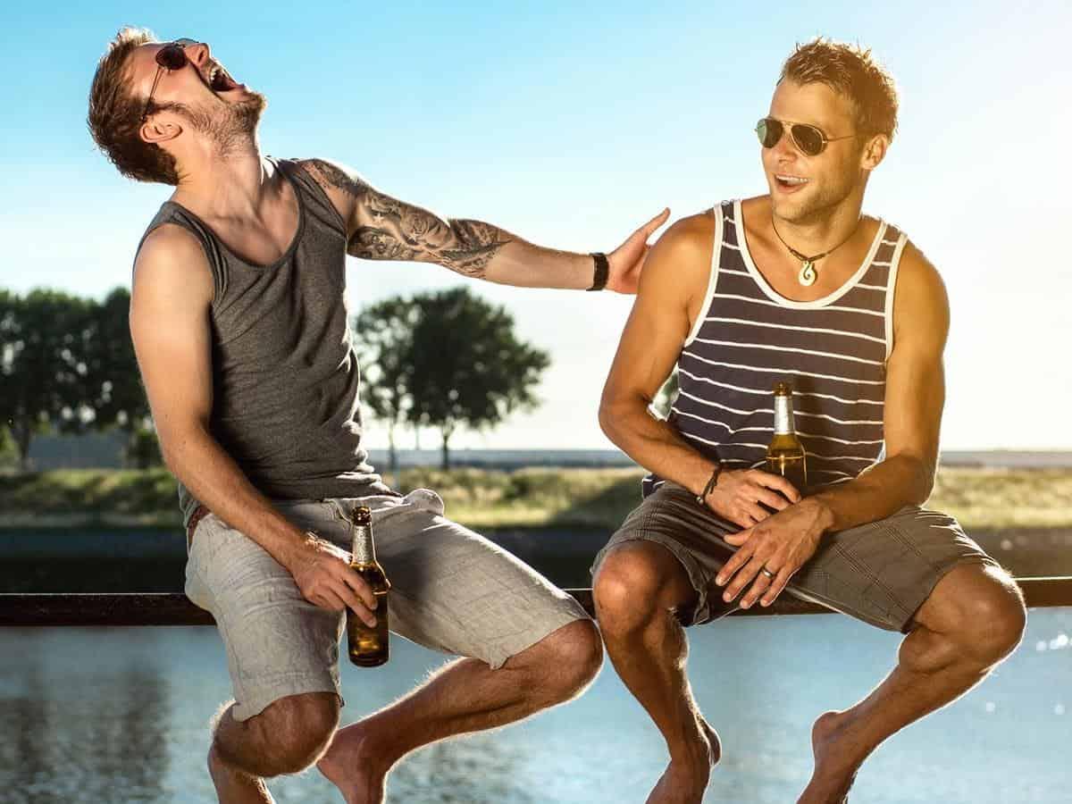 Dwaj przyjaciele miło spędzają czas Life coaching