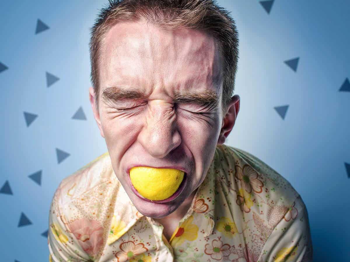 Młody mężczyzna zjada cytrynę Life coaching