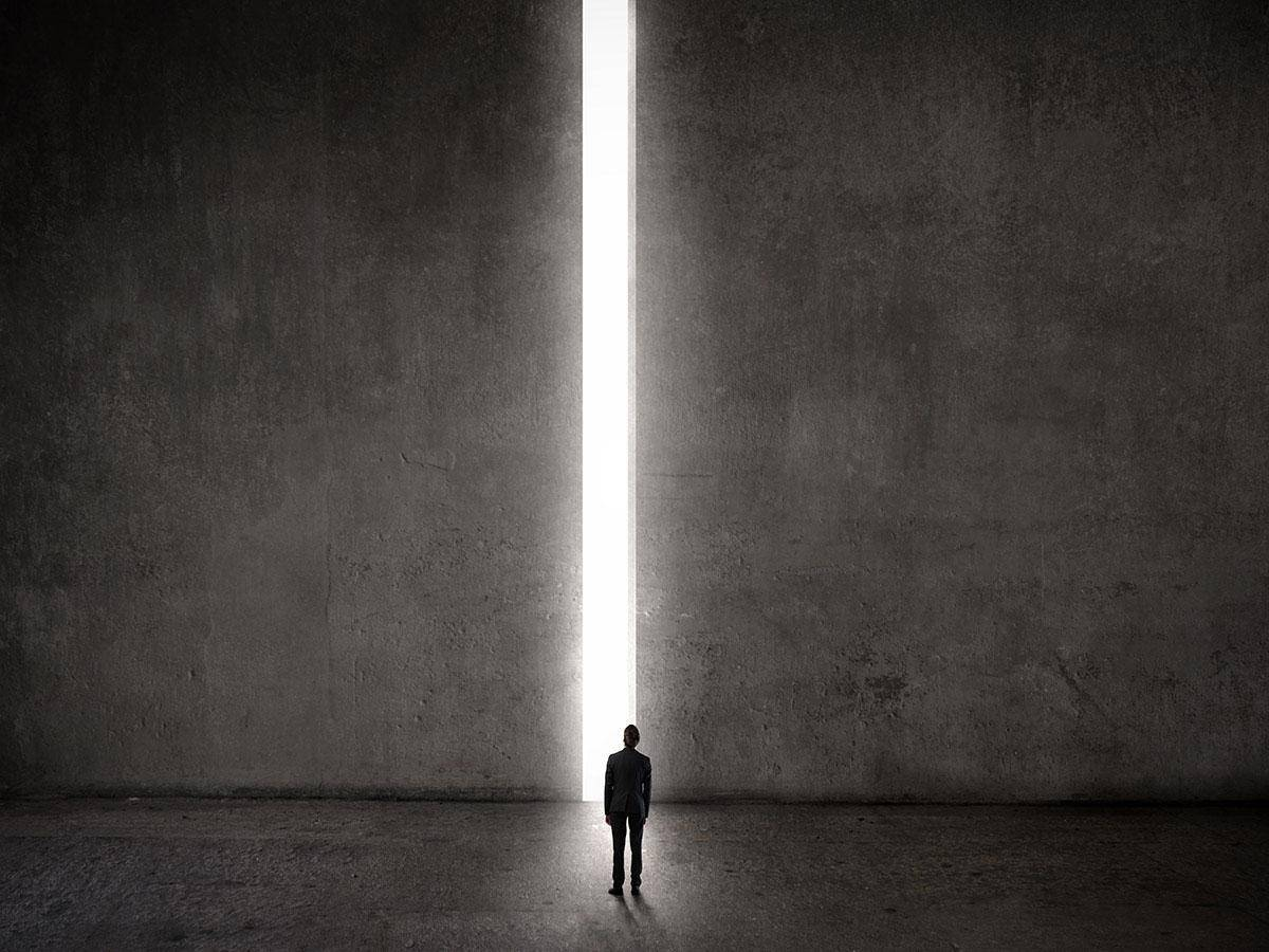 Mężczyzna stojący przed słupem światła Life coaching
