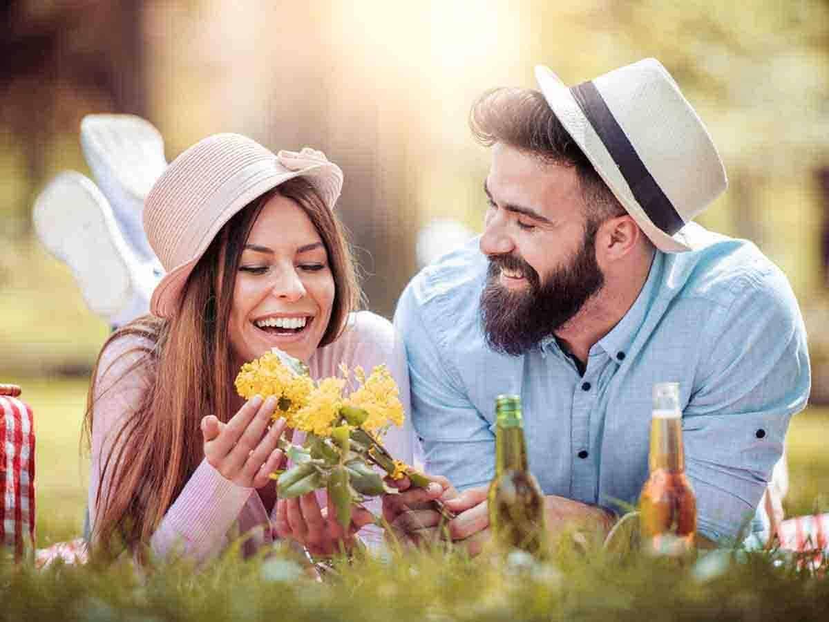 Szczęśliwa para na pikniku w słoneczny dzień Life coaching