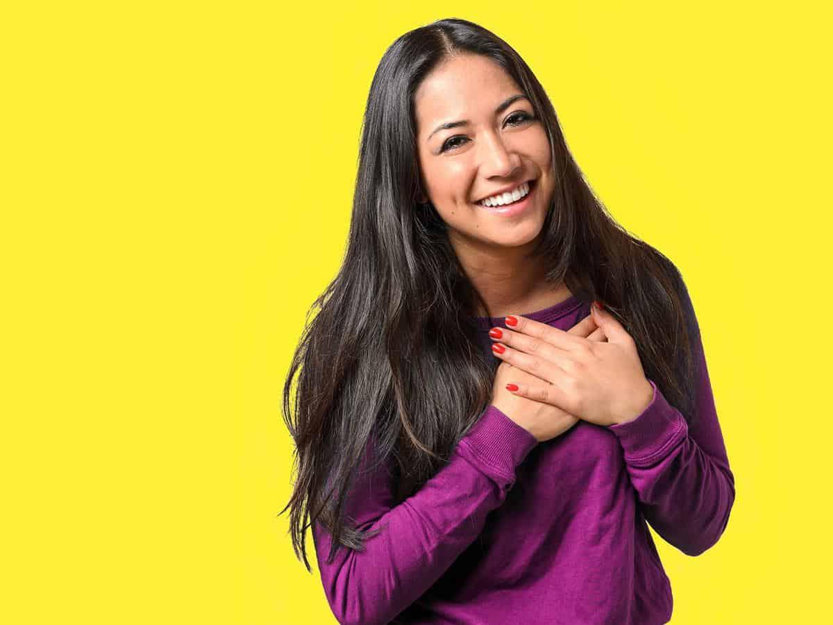 Młoda kobieta okazująca radość i wdzięczność Life coaching