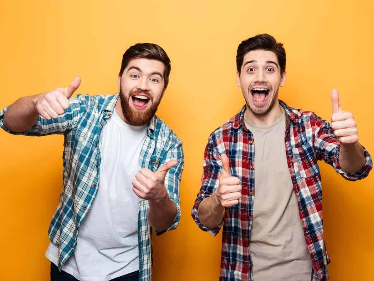 Dwóch młodych optymistycznych mężczyzn Life coaching