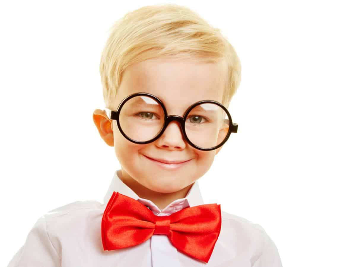 Chłopiec w dużych okularach i z czerwoną muchą Life coaching Paradygmat