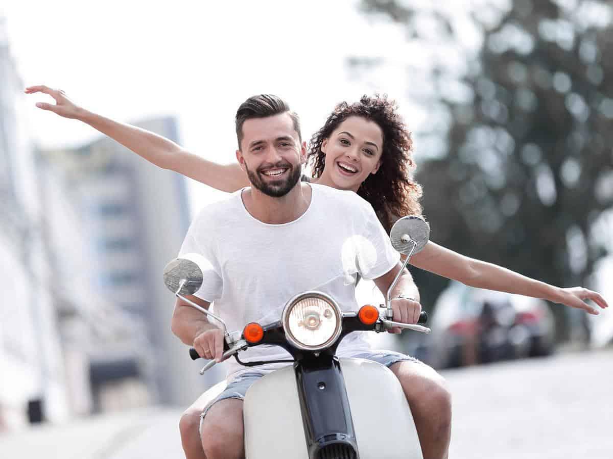 Para młodych ludzi jedzie na motorze Life coaching