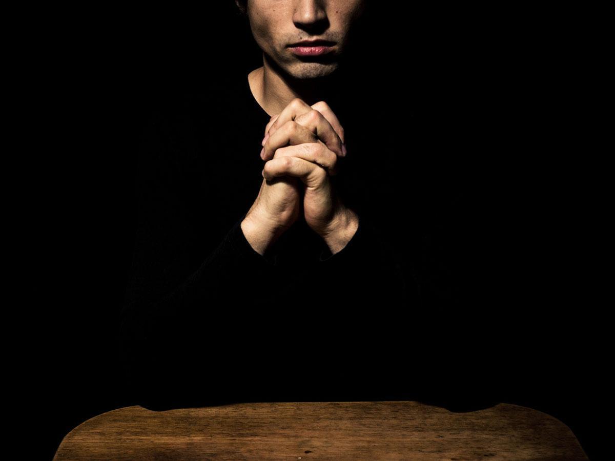 Mężczyzna modli się ze złożonymi rękami Life Coaching