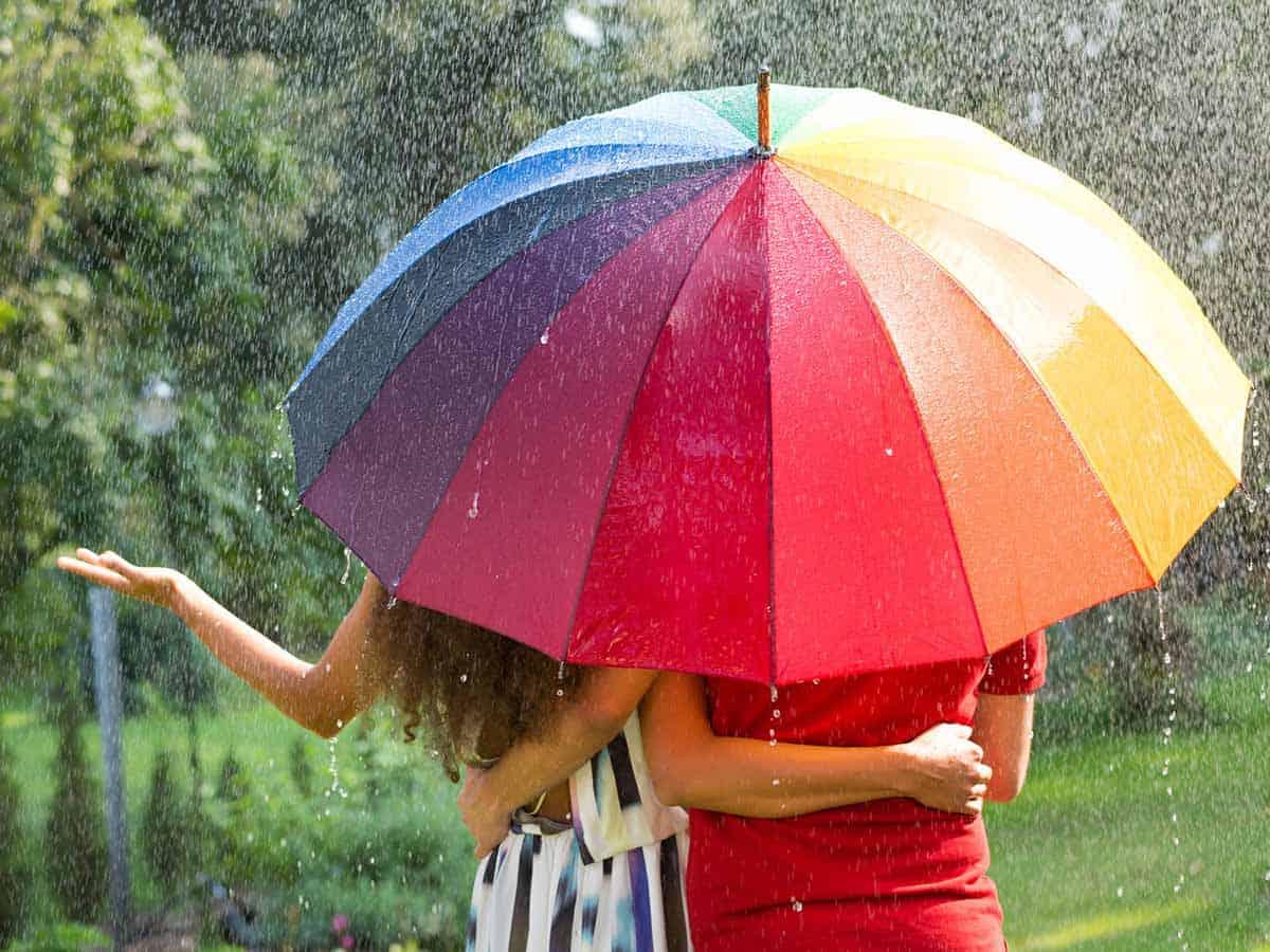 Para pod tęczowym parasolem Life coaching Wiktor Tokarski