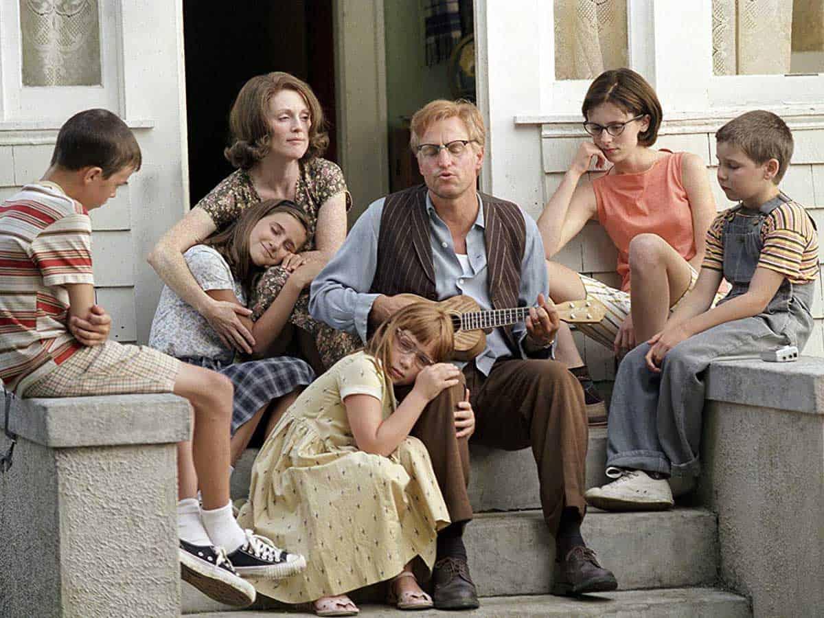 Rodzina siedząca na schodach przed domem Life coaching