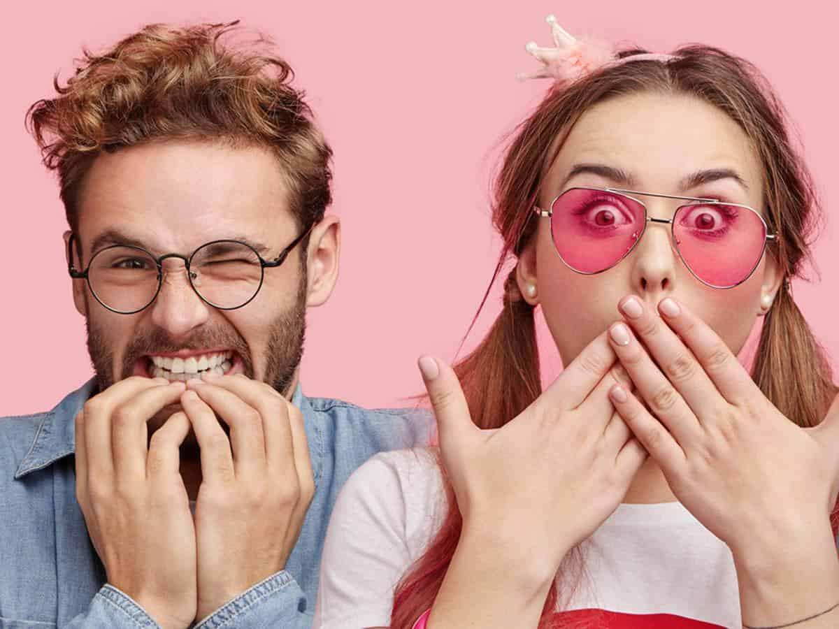 Mężczyzna w okularach i kobieta w różowych okularach life coaching