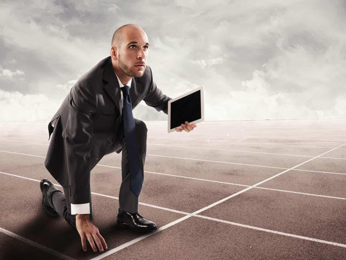 Biznesmen startujący do biegu Szkolenia dla firm Business coaching