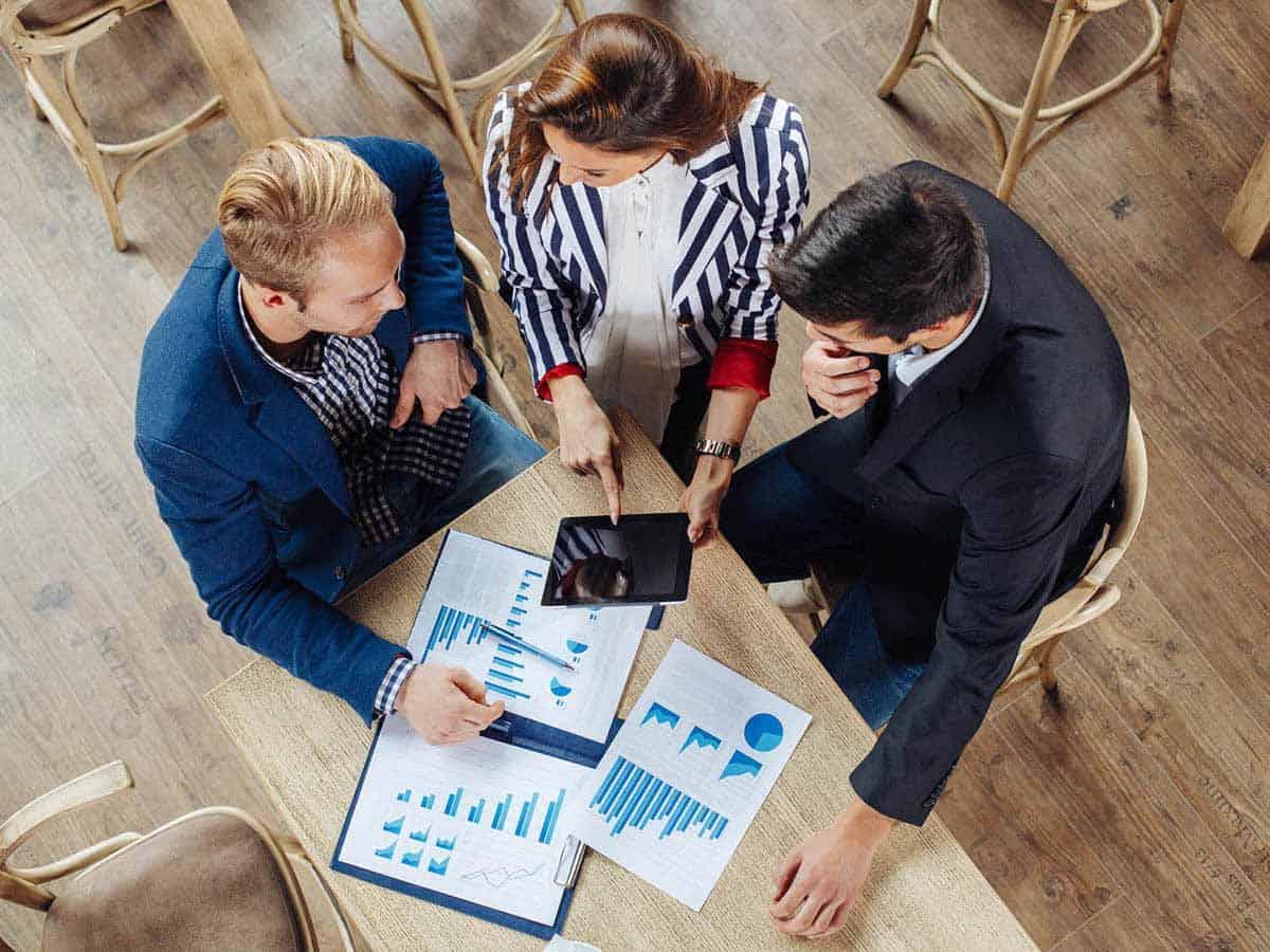 Mała grupa biznesowa pracuje razem nad projektem Business coaching
