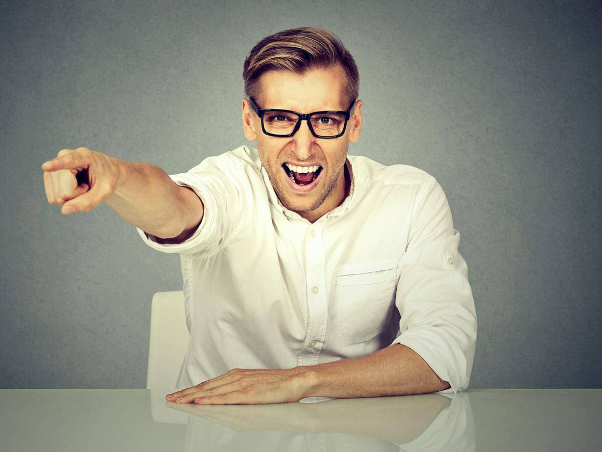 Krzyczący mężczyzna z palcem wskazującym na rozmówcę