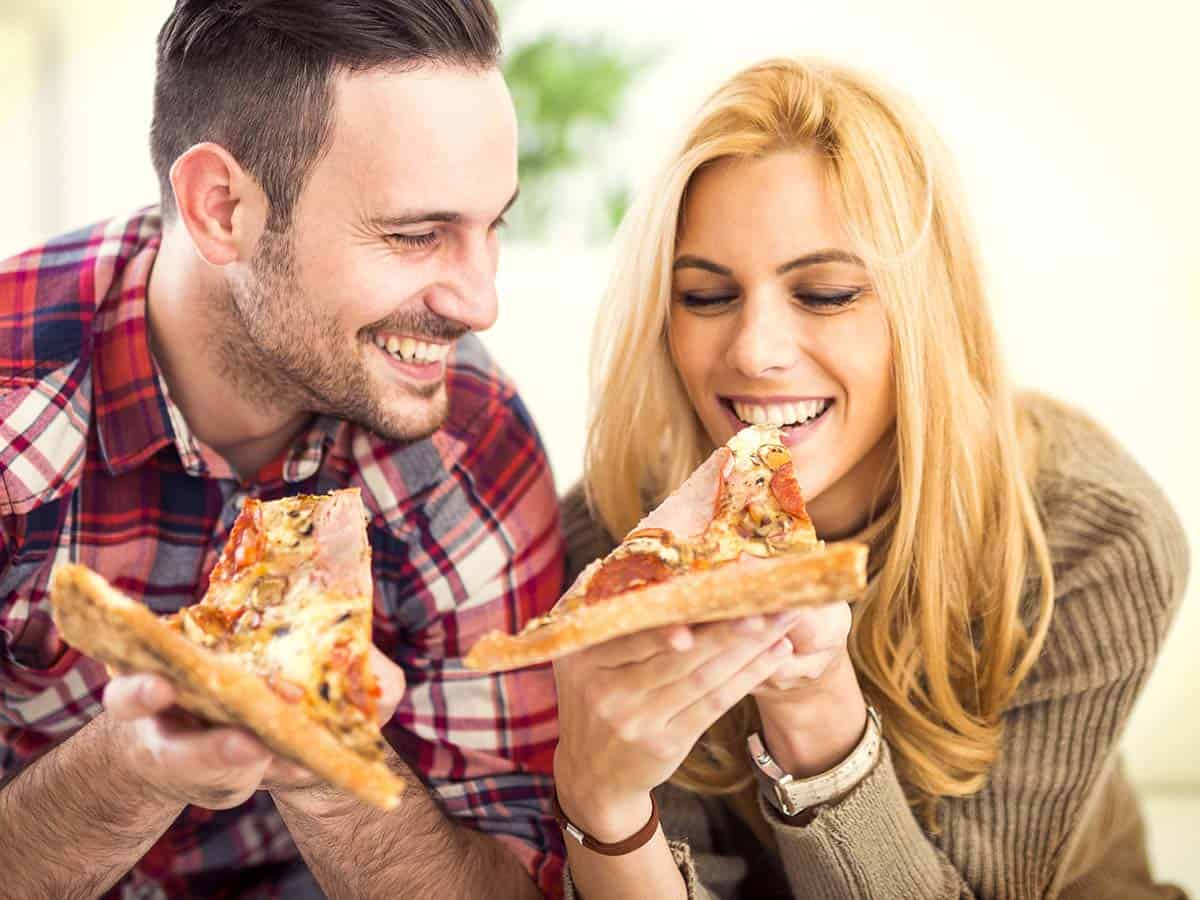 Młodzi ludzie jedzą pizzę Life coaching