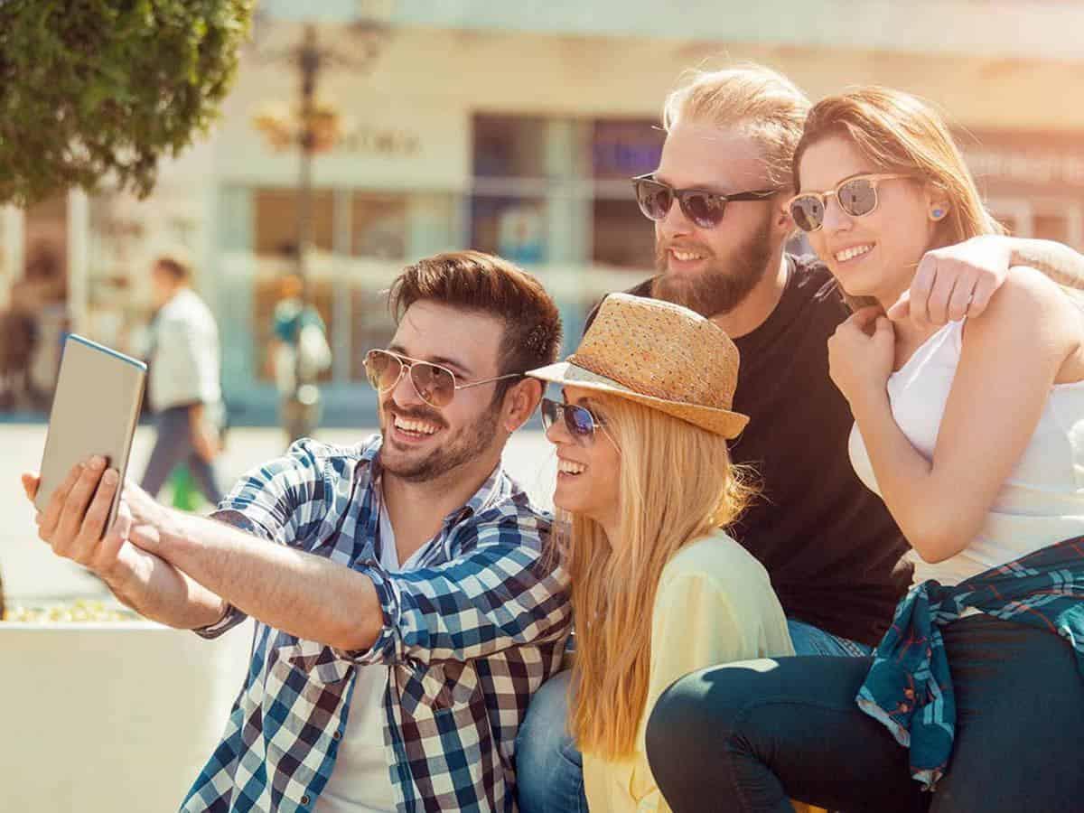 Przyjaciele robią sobie selfie Life coaching