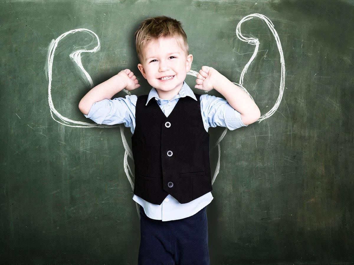 Chłopiec z rękami wzniesionymi do góry Business coaching