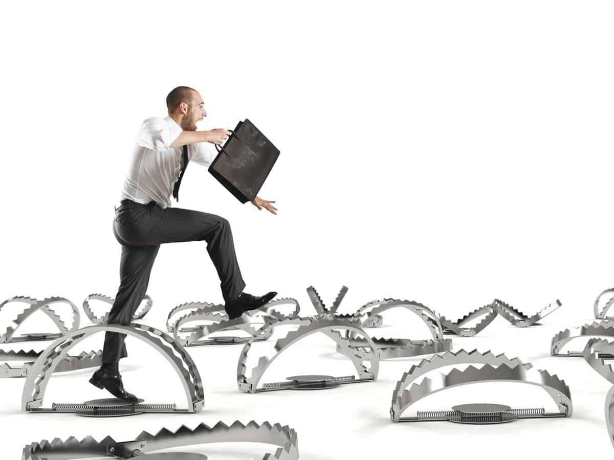 Menedżer przeskakujący przez pułapki Business coaching