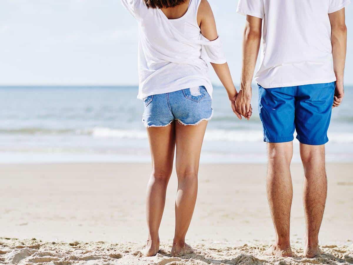 Para trzymająca się za ręce na plaży Life coaching
