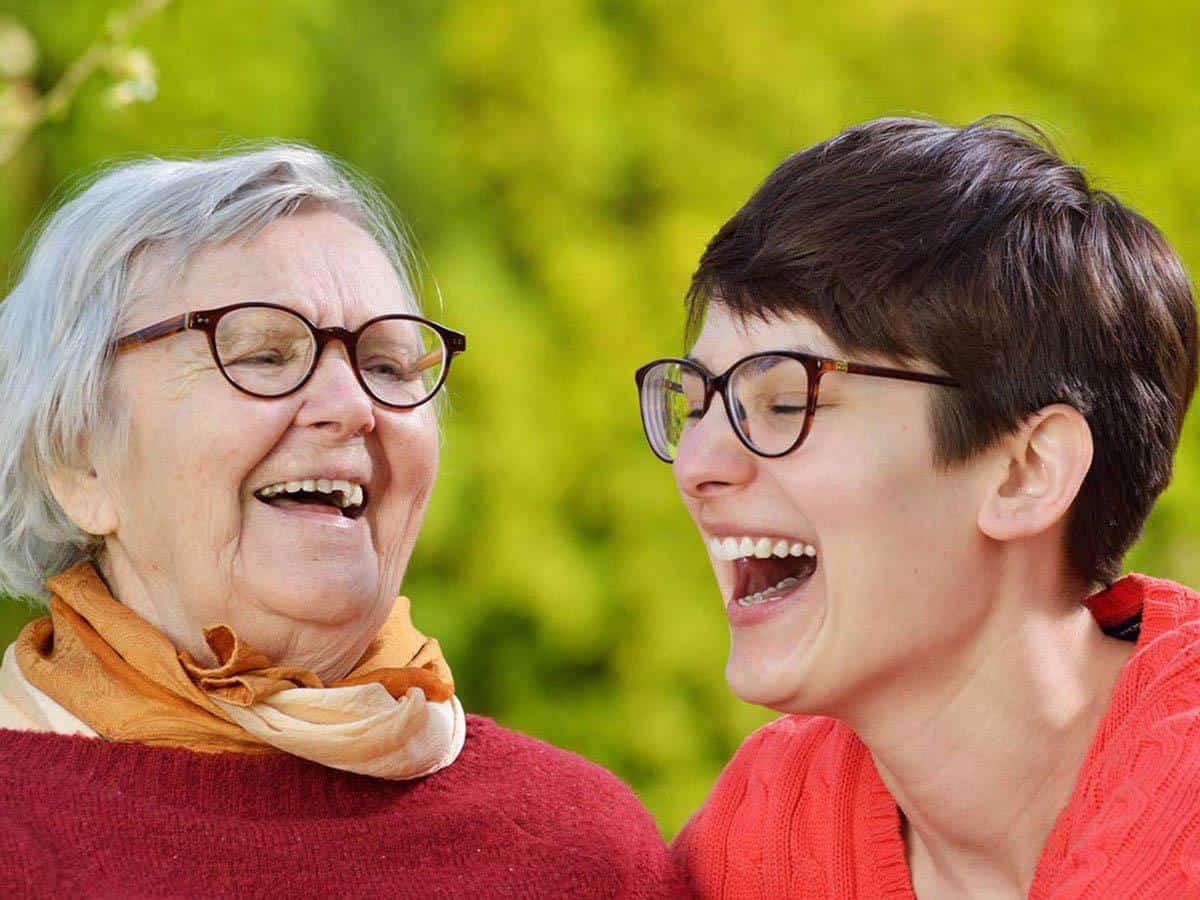 Młoda i stara kobieta śmieją się Life coaching