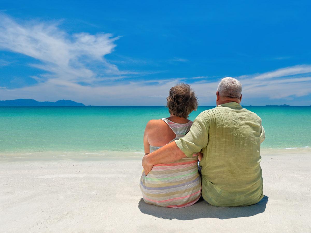 Para starszych ludzi siedzi na plaży Life coaching