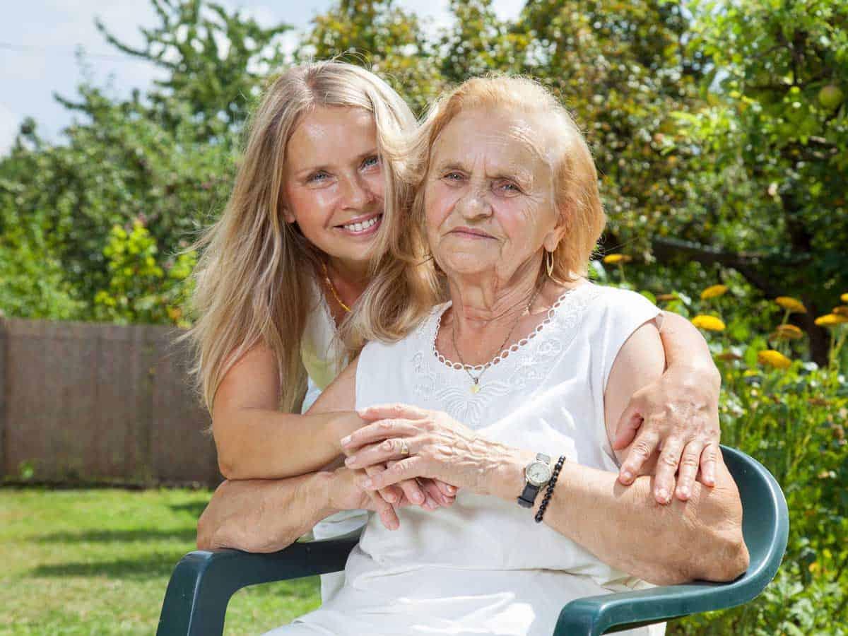 Babcia z wnuczką w ogrodzie Life coaching