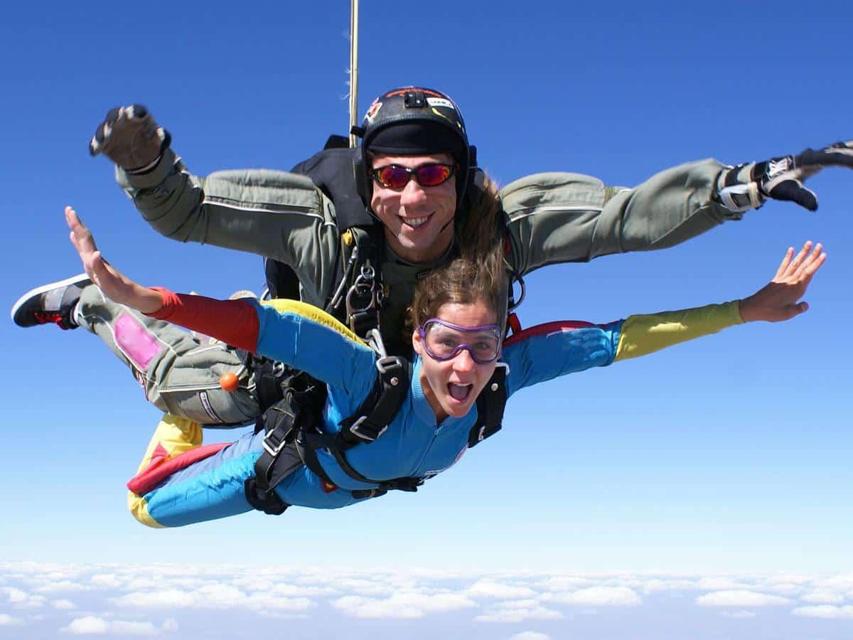 Dwie osoby lecące spadochronem Life coaching