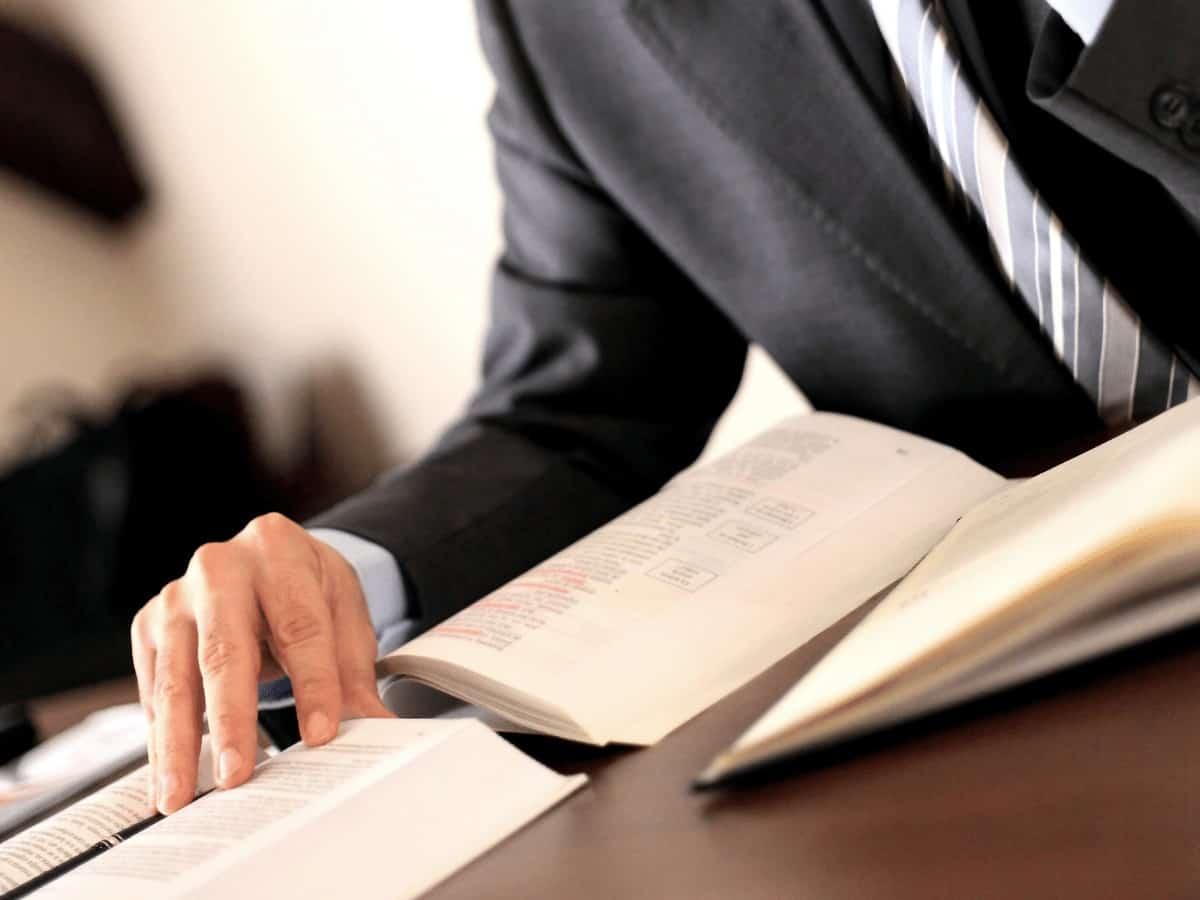 Menedżer czyta książkę