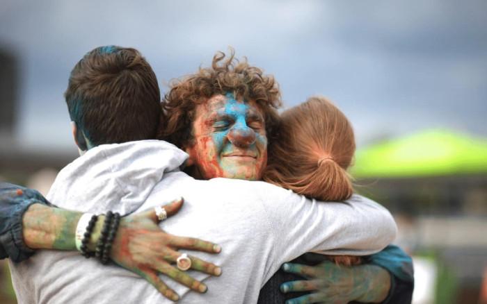 Szczęśliwy mężczyzna przytula swoich przyjaciół